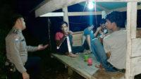Bhabinkamtibmas Polsek Kedurang menyambangi lokasi nongkrong di Desa Tanjung Negara