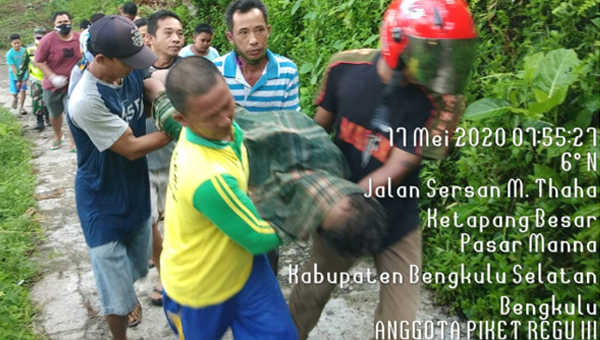 Polisi dan warga mengevakuasi mayat dari Pantai Pasar Bawah