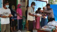 Bhabinkamtibmas Polsek Seginim menyerahkan beras bantuan kuota Polda Bengkulu kepada masyarakat miskin Desa Pajar Bulan, Kecamatan Seginim