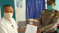 KBO Satuan Binmas IPDA Antoni Fatullah SH menyerahkan surat edaran berisi imbauan perayaan Idul Fitri yang aman di masa pandemi