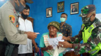 Kapolsek Kedurang menyerahkan BLT DD Keban Agung III kepada salah satu warga miskin dan terdampak pandemi Covid-19