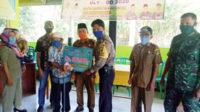 Bhabinkamtibmas Polsek Manna menyerahkan BLT Dana Desa kepada salah satu KK miskin di Desa Gunung Kembang