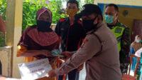 Kanit Binmas Polsek Kedurang Bripka Handri Juswandi turut serta menyerahkan BLT kepada KK miskin dan terdampak Covid-19 di Desa Padang Bindu