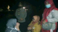 Kapolsek Pino bersama istri korban di sela upaya pencarian korban