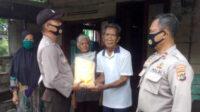 Sat Binmas Polres Bangka Barat menyalurkan bantuan beras kepada keluarga miskin dan terdampak Covid-19
