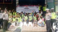 Kasat Binmas dan Kasat Lantas bersama para tukang ojek usai pendistribusian bantuan Sembako Polri di pangkalan ojek Muntok, Bangka Barat