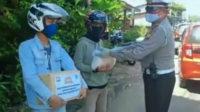 Kasatlantas Polres Bengkulu Selatan menyerahkan paket bantuan sembako kepada para tukang ojek