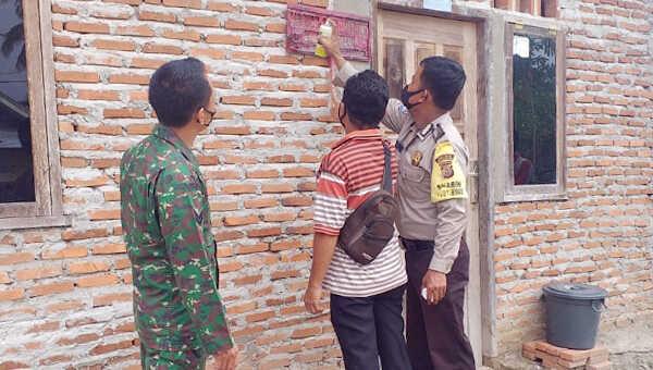Pemasangan stiker PKH di rumah warga Desa Suka Maju