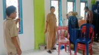 Pj Kades Dusun Tengah (kiri) bersama Aipda Susilo mengecek TKP pencurian di gedung serbaguna