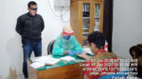 Rapid test terhadap tersangka disaksikan penyidik Polsek Pino Raya