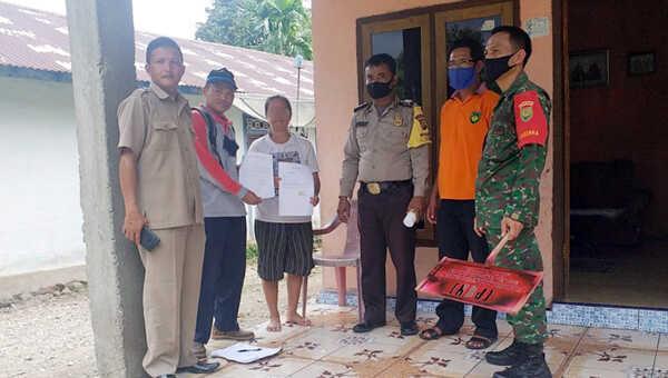 Salah satu dari 16 KK warga Desa Suka Maju menunjukkan surat pernyataan mengundurkan diri dari penerima BPNT