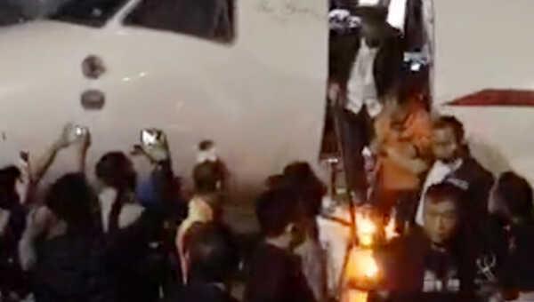 Joko Tjandra digeret dua petugas menuruni tangga pesawat
