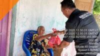 Anggota Satuan Reserse Narkoba Polres Bengkulu Selatan menyerahkan paket bantuan sembako kepada masyarakat terdampak Covid-19