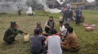 Bhabinkamtibmas, Babinsa, para kepala desa, lurah dan Camat Seginim usai pelaksanaan kerja bakti di lapangan olahraga Kecamatan Seginim, Selasa siang