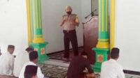 Bhabinkamtibmas menyemapaikan himbauan Kamtibmas dan protokol kesehatan kepada jama'ah Sholat Jum'at.