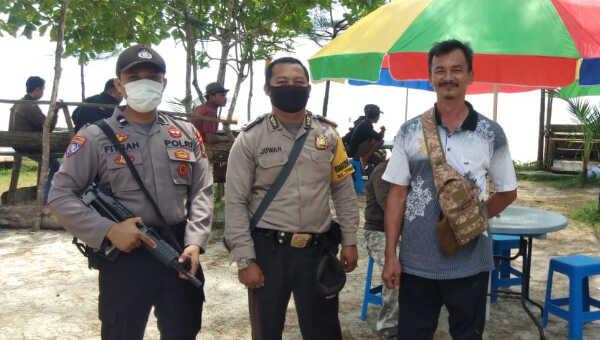 Bhabinkamtibmas saat patroli di Pantai Jerangkat