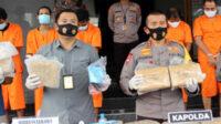Dirresnarkoba Polda Banten Kombes Pol Susatyo Purnomo Condro SH SIK MSi (kiri)mendampingi Kapolda Banten Irjen Pol Drs Fiandar dalam konferensi pers di Mapolda setempat, Kamis kemarin