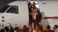 Joko Tjandra menuruni tangga pesawat dituntun anggota Bareskrim Polri setiba di Bandara Halim Perdanakusuma, Kamis malam