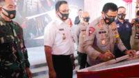 Kapolda Metro Jaya Irjen Pol Nana Sudjana menandatangani prasasti peluncuran aplikasi Jakarta Utara SEHAD