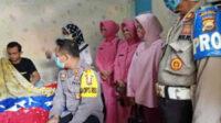 Kapolres AKBP Deddy Nata SIK membesuk Aipda AS Hasibuan saat dirawat di kediamannya