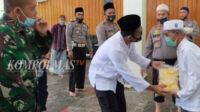 Kapolres Bangka Barat menyerahkan bantuan sembako