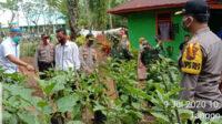 Kapolres Bengkulu Selatan (kanan) bersama Bupati Gusnan Mulyadi (kiri) meninjau lahan ketahanan pangan di pekarangan rumah salah satu warga Desa Tangggo Raso