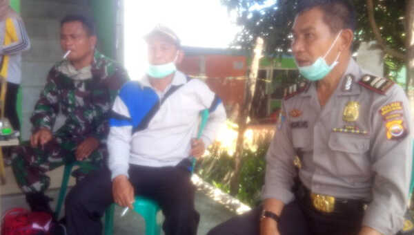Kapolsek Seginim (kanan), bersama Babinsa dan Kades Padang Siring (tengah) mengecek posko relawan, dua bulan lalu.