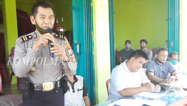 Kapolsek Seginim menyampaikan pengarahan Kamtibmas usai pelaksanaan Musdessus di Desa Dusun Baru, Jum'at