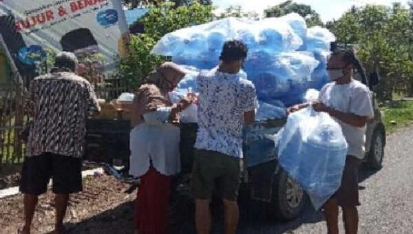Pendistribusian galon dan sarana cuci tangan lainnya kepada seluruh warga Tanjung Agung