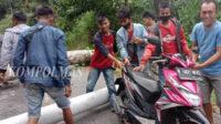 Pohon dan tiang listrik tumbang merintangi jalan raya di Tebing Baru, Desa Air Tenam, Rabu sore