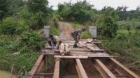 Babinsa Koramil Manna Sertu I Made bersama Bhabinkamtibmas Polsek Manna Bripka Suharno bahu-membahu melaksanakan perbaikan awal pada jembatan yang rusak diterjang banjir