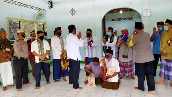 Kapolres Bangka Barat AKBP Fedriansah SIK saat menyerahkan langsung bantuan beras kepada jama'ah Masjid Nurul Hikmah, Muntok, usai menunaikan Sholat Jum'at