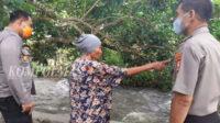 Kapolres Bengkulu Selatan (kiri) didampingi Kapolsek Seginim (kanan) mendengarkan penjelasan warga tentang BAB sembarangan.