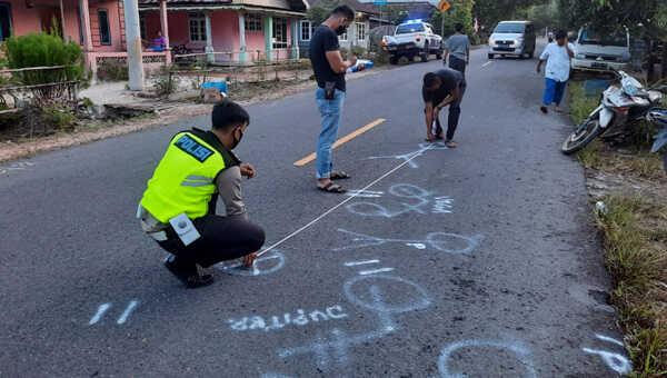 Olah TKP tabrakan Jupiter dan Vega di Jalan Raya Pangkalpinang-Muntok, tepatnya di Desa Berang Kecamatan Simpang Teritip Kabupaten Bangka Barat, Kamis pagi.
