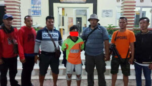 Tim Opsnal Polsek Simpang Teritip menggelandang pelaku (tengah) ke Mapolsek untuk proses hukum lebih lanjut.