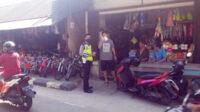 Personel Satuan Lalu Lintas Polres Bangka Barat membagikan masker kepada para pengguna jalan dan pedagang di kawasan Kota Muntok