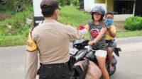 Polres Bangka Barat Polda Kepulauan Bangka Belitung (Babel) membagikan masker gratis kepada segenap pengguna jalan
