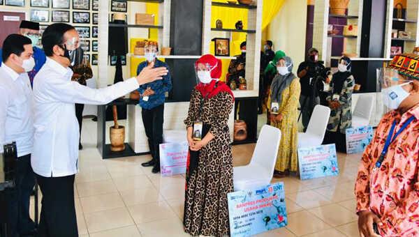 Presiden Joko Widodo memberikan Banpres PUM kepada para pelaku usaha mikro dan kecil di Provinsi Aceh