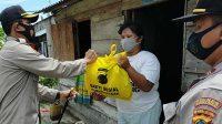 Sebanyak 50 kepala keluarga di Kelurahan Menjelang, Kecamatan Muntok, Kabupaten Bangka Barat, Provinsi Babel menerima bantuan sembako Polri