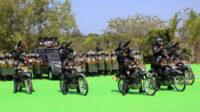 Tonraimas dikerahkan menembakkan flast ball dari atas kendaraan ke arah kerumunan di halaman Mapolres Bangka Barat