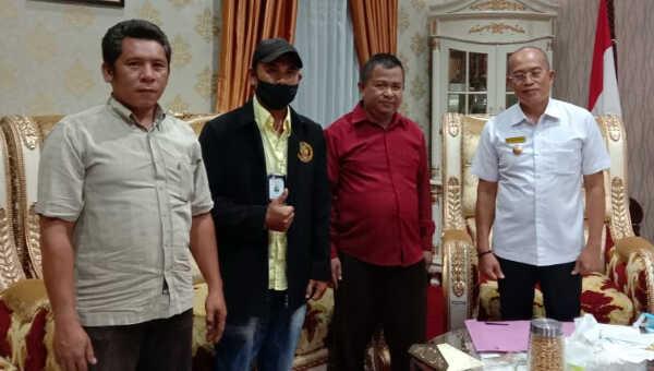 Keluarga dan pendamping pasien menemui Bupati Gusnan Mulyadi