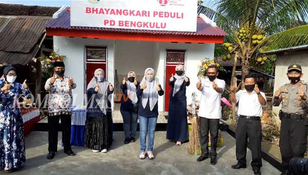 Foto bersama usai peresmian dan serah-terima bantuan MCK umum