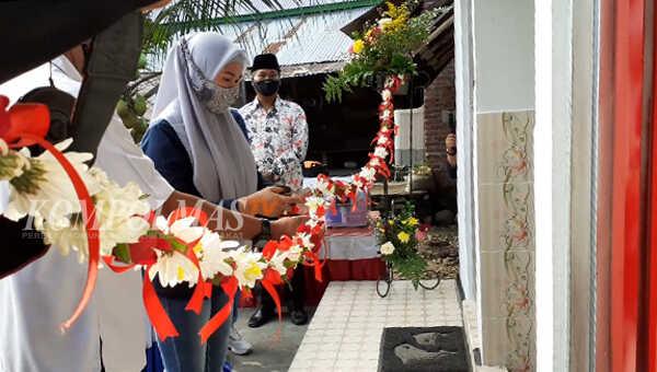 Ketua Bhayangkari Daerah Bengkulu, Ny Wulan Teguh Sarwono meresmikan dan menyerahkan bantuan fasilitas MCK umum beserta kelengkapannya