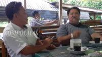 Wadimin (kiri) bercengkerama dengan Rifa'i Tajudin di sebuah warung wisata kuliner, Senin sore