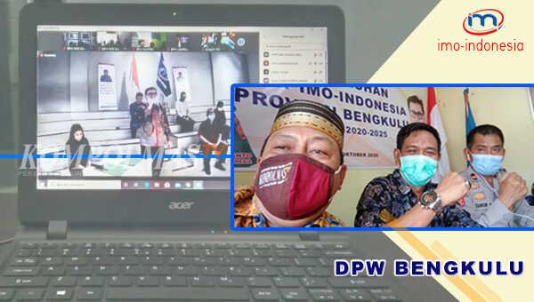 Sekretaris DPW IMO Bengkulu (tengah) bersama Bendahara DPW (kiri) dan perwakilan Dewan Pembina DPW dari unsur Kepolisian Daerah Bengkulu, saat mengikuti pengukuhan virtual dari kantor redaksi KompolmasTV