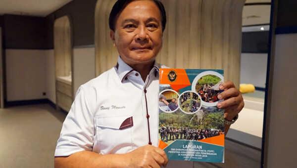Ketua Tim Investigasi TGPF Intan Jaya, Benny Mamoto, menunjukkan laporan investigasi Intan Jaya yang akan diserhkan kepada Menko Polhukam lusa