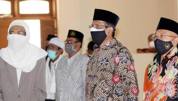 Mahfud menemui para kiai usai menggelar Kampanye Protokol Kesehatan dan Sarasehan Ulama serta Tokoh Masyarakat, di Pondok Pesantren Annuqayah Guluk-guluk, Sumenep, Minggu pagi