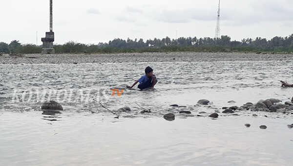 Peringatan ini juga dialamatkan Tamsir kepada masyarakat umum yang terbiasa beraktifitas di sekitar sungai, seperti mencari ikan, mandi, atau bahkan sekadar buang air pun diminta tidak meremehkan kemungkinan cuaca buruk tersebut.