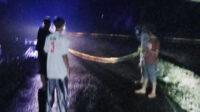 Petugas piket SPKT Regu I Polsek Seginim dibantu Babinsa dan masyarakat sekitar lokasi bencana menutup jalan longsor dengan memasang garis polisi