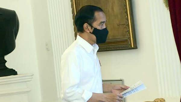 Presiden Joko Widodo usai memimpin rapat terbatas mengenai Antisipasi Bencana Hidrometeorologi melalui konferensi video dari Istana Merdeka, Jakarta, Selasa